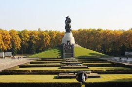 Sowjetisches-Ehrenmal-in-Treptower-Park-Berlin-001